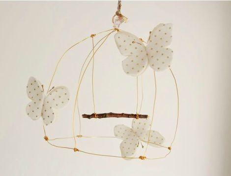 Móvil para cuna con mariposas blancas
