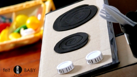 Cocinita de cartón estilo vintage para jugar a las casitas